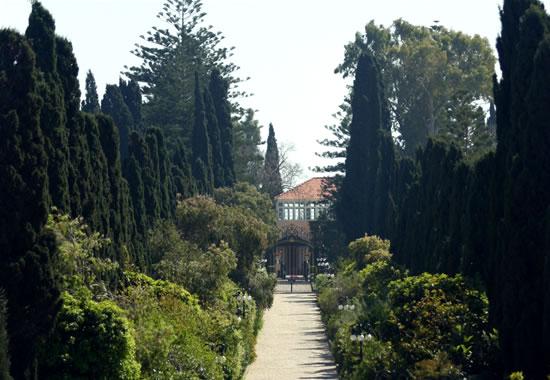 Bahaullah è sepolto ad Acri, in Israele, nella villa in cui visse, in esilio dall'Iran, gli ultimi anni di vita.