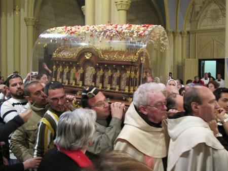 Le reliquie di santa Teresina fanno ingresso nella concattedrale latina di Gerusalemme sulle spalle di scout e religiosi.