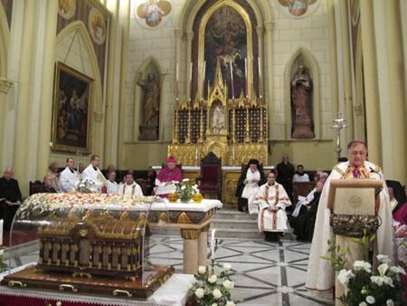 Il patriarca latino di Gerusalemme, Fouad Twal, pronuncia l'omelia durante i Vesperi a due passi dall'urna con le reliquie di santa Teresa di Lisieux. [1/4]