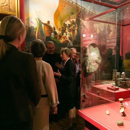 Castello di Versailles. Béatrix Saule, al centro della foto, intenta a illustrare la mostra del Tesoro del Santo Sepolcro agli ospiti dell'inaugurazione. (galleria di A. Krogman) [1/3]