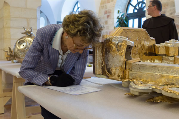 Béatrix Saule studia da vicino uno degli oggetti destinati alla mostra di Versailles. Sullo sfondo fra Stéphan Milovitch.