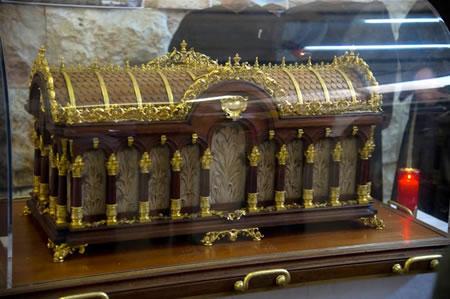 L'urna contenente le reliquie della santa carmelitana di Lisieux appena giunta all'aeroporto di Tel Aviv il 14 marzo 2011.