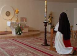 Verso il Conclave, il card. Bertone ai contemplativi: «Contiamo su di voi»