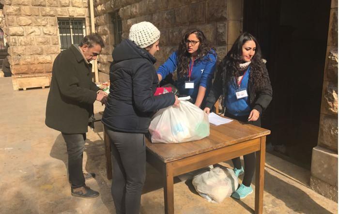 Distribuzione di pacchi almentari alla parrocchia cattolica latina.