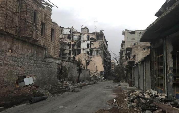 Una via di Aleppo devastata dai bombardamenti.