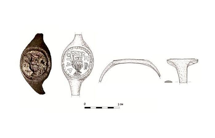 L'anello con l'iscrizione di Pilato rappresentato dagli esperti dell'Autorità israeliana per le antichità (disegno J. Rodman - foto C. Amit)