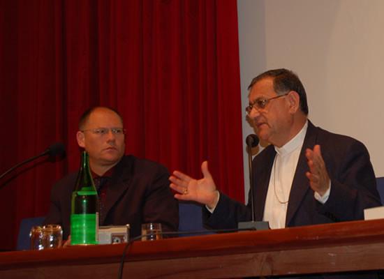 L'intervento di monsignor Fouad Twal. Alla sua destra il direttore di<i> Terrasanta, </i>Giuseppe Caffulli.