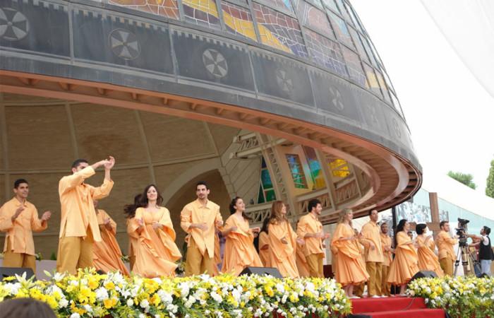 Canti e danze durante un convegno giovanile cattolico, il 29 maggio scorso, davanti alla sede del patriarca maronita a Bkerke in Libano. (le foto sono di Carlo Giorgi) [1/11]