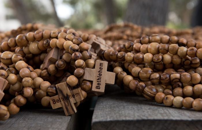Ogni giovane della Gmg di Panama riceverà tre rosari in legno d'ulivo di Betlemme. (galleria fotografica di Nadim Asfour/Cts)