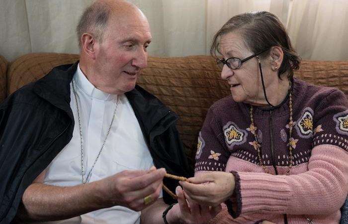Il vescovo svizzero mons. Pierre Bürcher con una delle signore coinvolte nel progetto.
