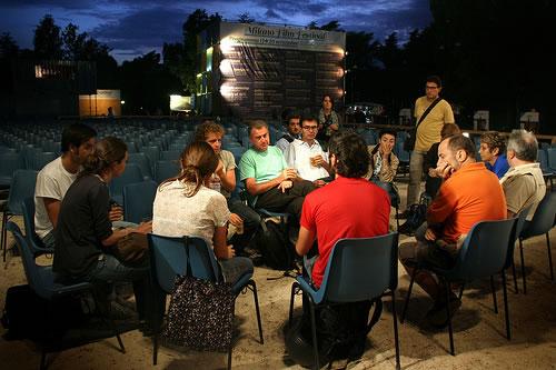 Mograbi si intrattiene con un gruppetto di spettatori del Milano Film Festival 2009.