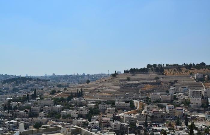 Ecco il panorama di cui si gode dalla casa. All'orizzonte il Monte Sion con la basilica della Dormizione.