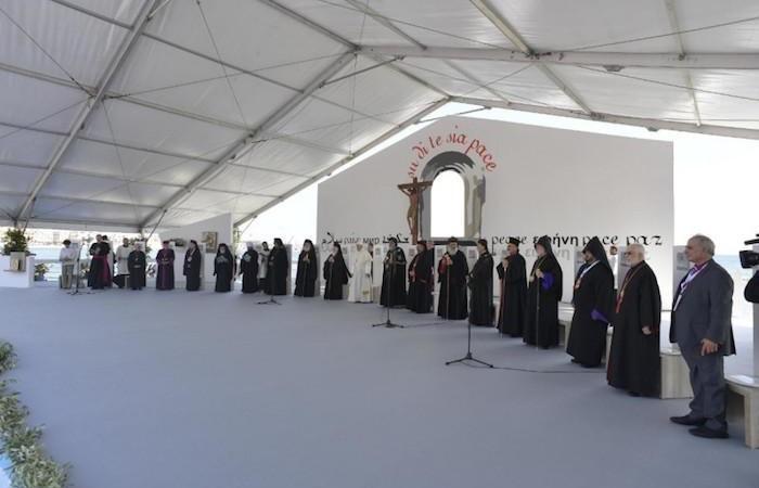 Panoramica del palco allestito per la preghiera ecumenica sul lungomare di Bari.