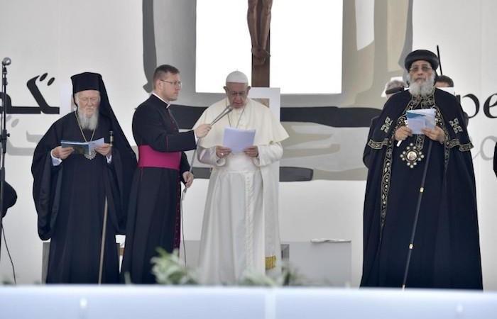 Da sinistra il patriarca ecumenico Bartolomeo, papa Francesco e il patriarca copto Tawadros II.
