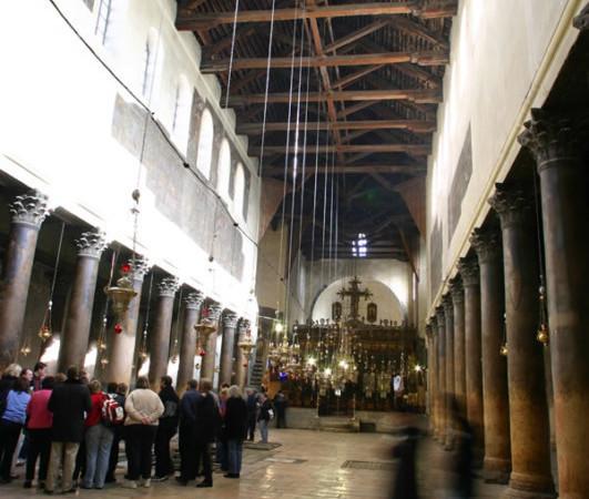L'interno della basilica della Natività, a Betlemme, con la soffittatura lignea esposta alle ingiurie delle intemperie. (foto E. Bermejo) [fotogallery 1/2]