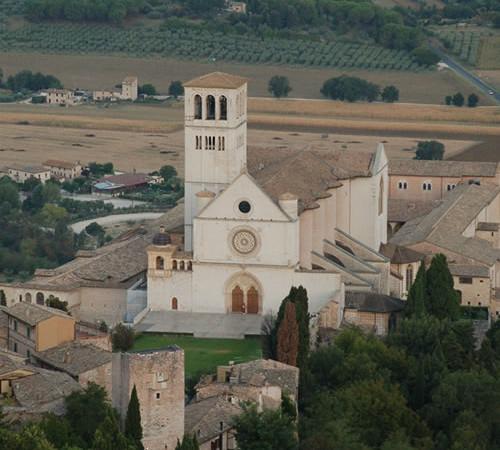La basilica di San Francesco, ad Assisi, vista dalla Rocca all'alba. Era il primo punto di riferimento per i profughi che giungevano in città nel 1943-44. [foto 1/5]
