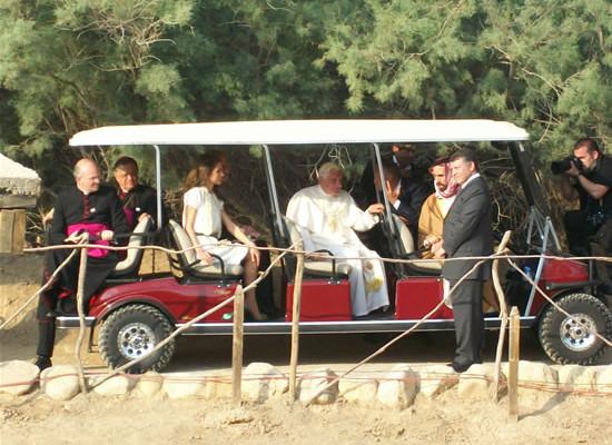 Benedetto XVI in riva al Giordano a bordo della vettura elettrica con i reali di Giordania. (foto C. Giorgi)