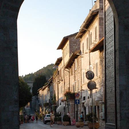 Uno scorcio di Borgo Aretino, ad Assisi, inquadrato da Porta Nuova.