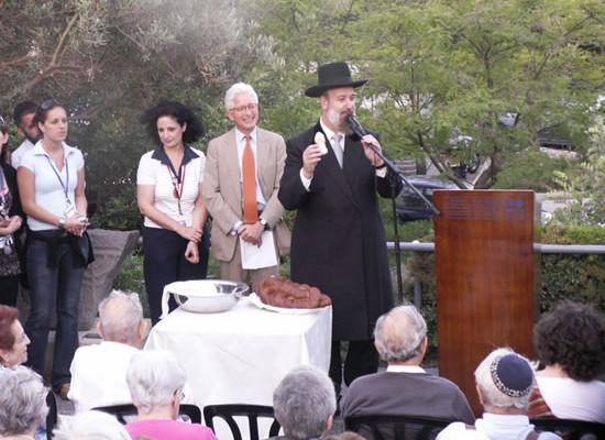 Il rabbino Yona Metzger bendice il pane.