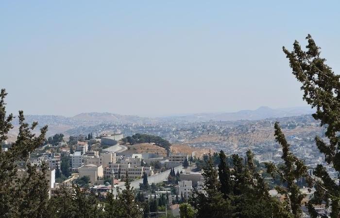 Lo sguardo va verso Betlemme. Sullo sfondo a destra si intravvede il cono tronco dell'Herodion.
