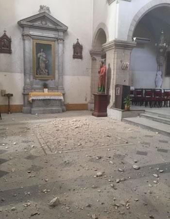 I calcinacci caduti dalla volta sono sparsi sul pavimento della chiesa...