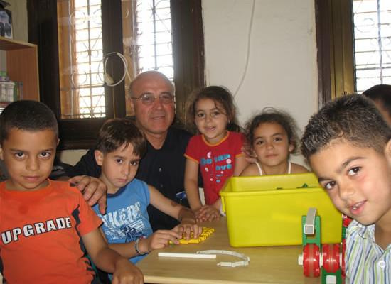 Padre Quirico Calella con alcuni bimbi della scuola materna del Terra Santa College di Akko.