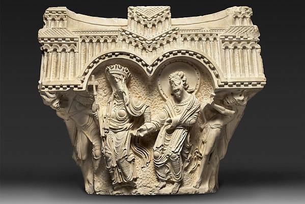 Qui il capitello della Vergine e dell'Apostolo. I capitelli in mostra sono un prestito della Custodia di Terra Santa.