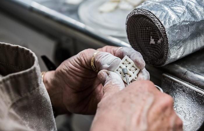 Lavoro di precisione su un piccolo tassello di madreperla. (foto Nizar Halloun/CTS)