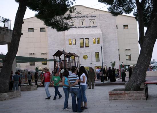 La facciata del nuovo centro sportivo per i cristiani di Betlemme.