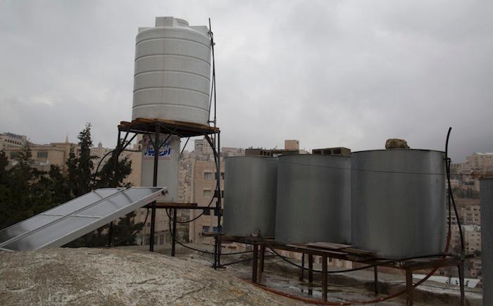 Cisterne per la raccolta dell'acqua piovana sul tetto di una casa di Betlemme.