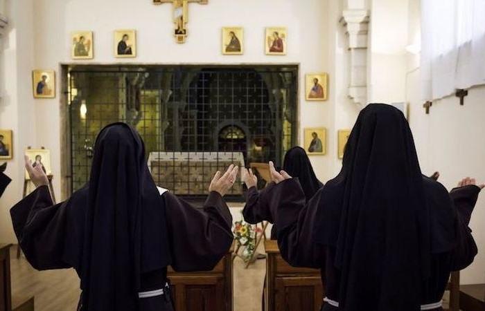 Alcune suore clarisse pregano nel monastero di Santa Chiara a Gerusalemme.  (foto N. Asfour/CTS)