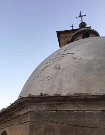 Il rivestimento della cupola del convento francescano di Bab Tuma, a Damasco, danneggiato da un colpo di mortaio.