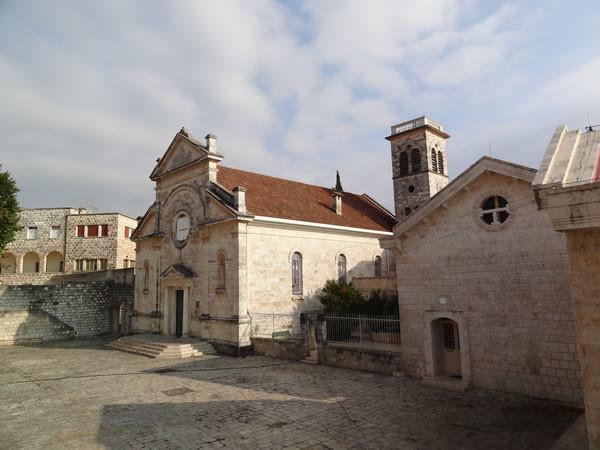 Una veduta della chiesa e del convento francescano di Knayeh, nella Valle dell'Oronte, in Siria. (galleria foto: Cts) [clicca sull'immagine 1/7]