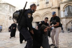 Duro confronto tra polizia e monaci copti al Santo Sepolcro