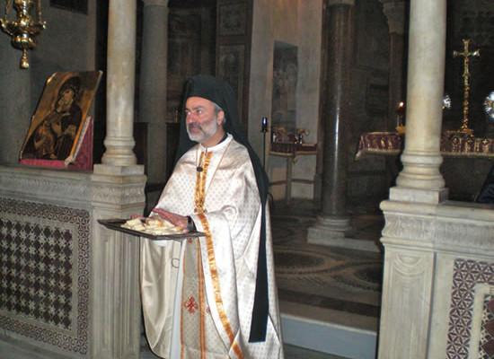 Ai presenti viene anche distribuito il pane benedetto, ma non consacrato.