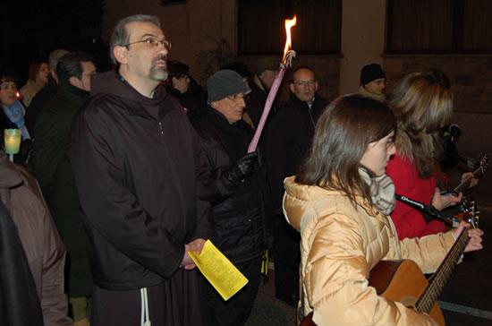 Fra Pierbattista Pizzaballa prende parte alla<i> Via pacis </i>di Bienno. (foto G. Caffulli)