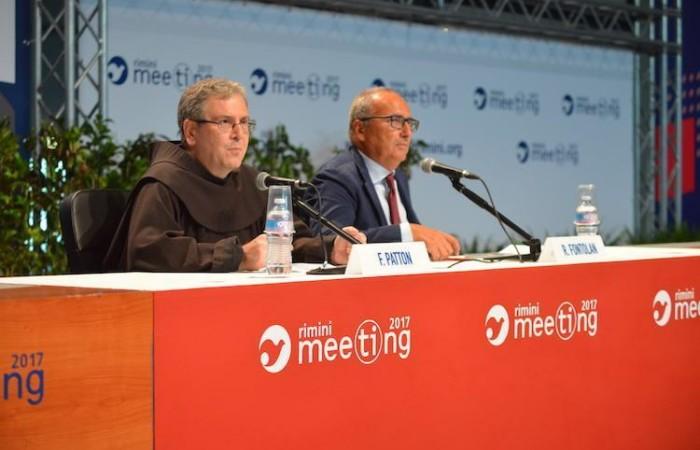 Padre Francesco Patton, affiancato da Roberto Fontolan, interviene al Meeting il 20 agosto 2017. (foto Meeting Rimini)