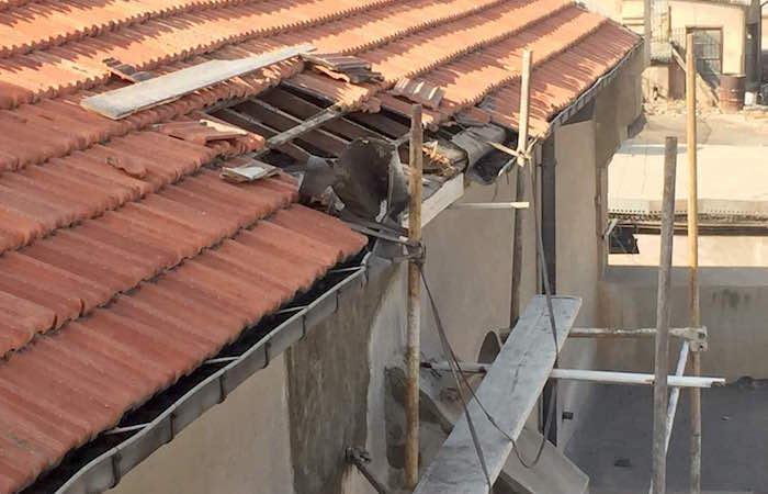 Uno squarcio nel tetto.