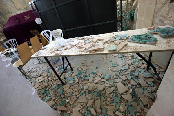 Frammenti di ceramiche sparsi sul pavimento della «tomba di re Davide» sul Monte Sion, a Gerusalemme (fotoalbum di M.A. Beaulieu/Cts) [1/4]