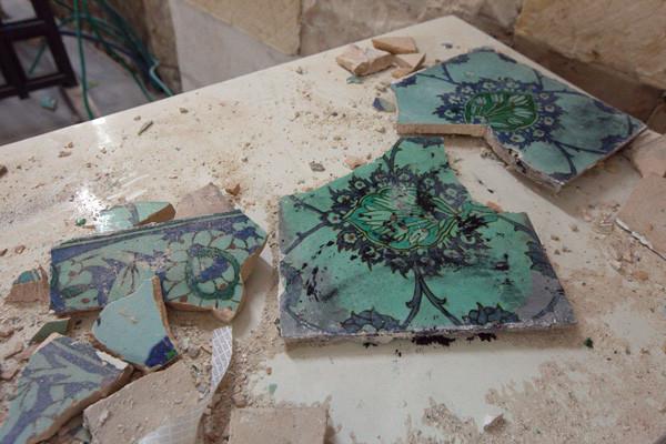 Danni irreparabili alle maioliche che ornavano le pareti.