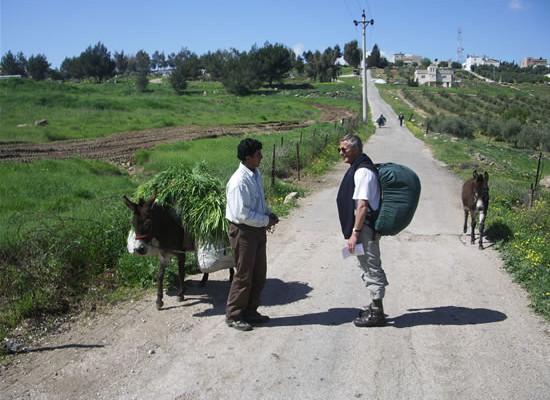 Dominique conversa con un agricoltore lungo il percorso che costeggia il Mediterraneo.