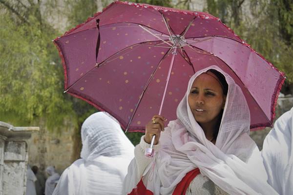 In Israele una donna del Corno d'Africa cerca riparo dal sole. [1/2]