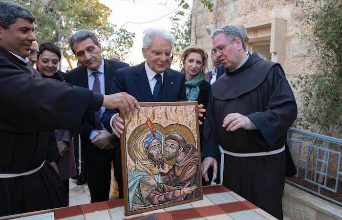 Il mosaico donato al presidente dai francescani della Custodia di Terra Santa. (foto Quirinale.it)