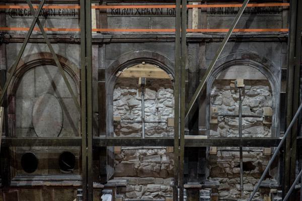 Dietro i rivestimenti in marmo appare una struttura muraria anteriore.  (© foto Nadim Asfour/TSM)