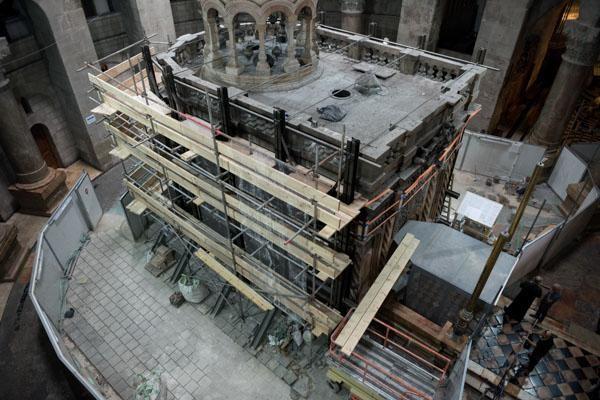 Dalla galleria degli armeni inquadriamo la facciata sud dell'edicola coperta dai ponteggi. (© foto Nadim Asfour/TSM)
