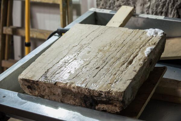 Una pietra appena ripulita da fuliggine e polvere accumumulate in due secoli.  (© foto Nadim Asfour/TSM)