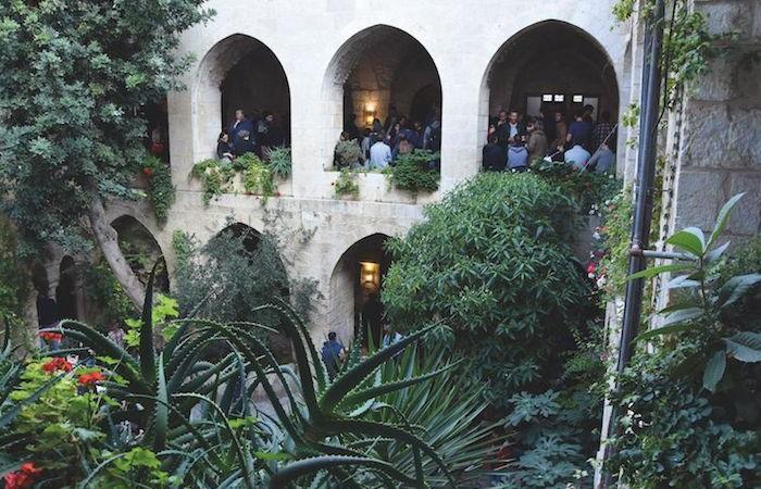 Il chiostro della chiesa luterana del Redentore a Gerusalemme, ricolmo di gente per i mercatini natalizi.