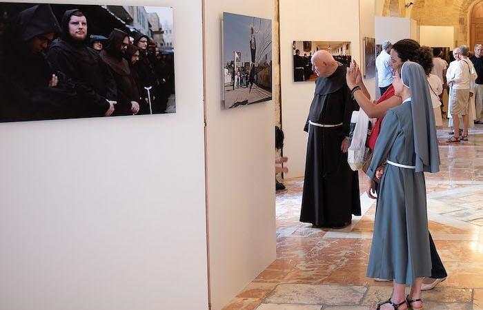 La mostra fotografica allestita nelle sale della Curia custodiale (foto Nadim Asfour/CTS)