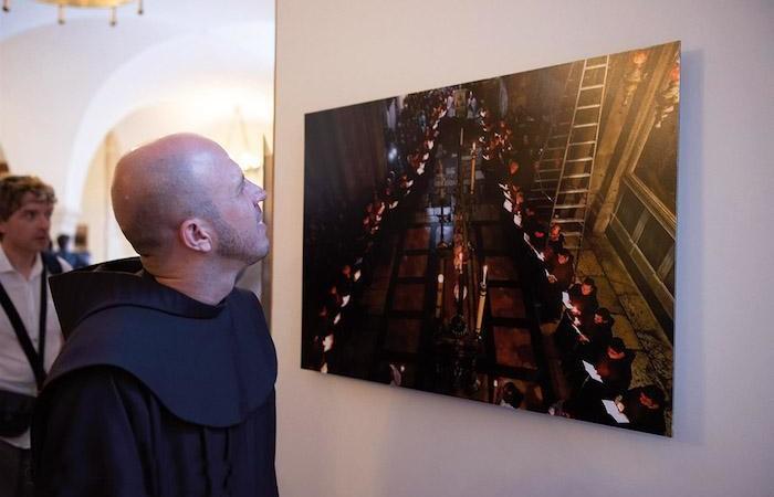 I frati si rispecchiano nelle foto di Thomas Coex. (foto Nadim Asfour/CTS)