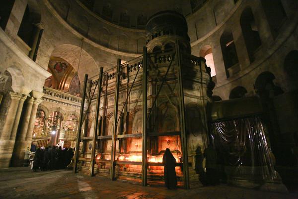 L'edicola del Santo Sepolcro ingabbiata da oltre mezzo secolo a garanzia della stabilità. (galleria fotografica 1/6)